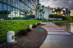 Den moderna byggnad och gångbanan längs en sjö på regnbågelagun parkerar Arkivfoto