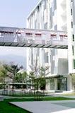Den moderna byggnad och skyen går långt arkitekten Royaltyfria Bilder