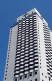 Den moderna byggnaden av Hiltonet Hotel mot den blåa himlen in royaltyfria bilder