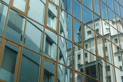 Den moderna byggnaden reflekteras i fasaden av en annan byggnad Arkivbilder