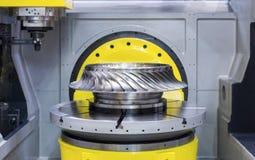 Den moderna CNCEN som bearbetar med maskin mitten, bearbetar turbinhjulet Arkivbilder