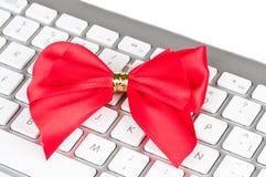 Den moderna datoren skrivar med den röda pilbågen. Royaltyfri Bild