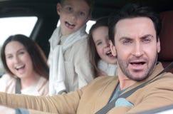 Den moderna familjen reser med bilen arkivfoton