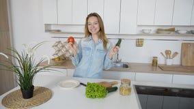 Den moderna flickan väljer från vilken grönsak som förbereder sallad och sm arkivbild