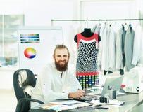 Den moderna formgivaren arbetar på nya modeller Fotografering för Bildbyråer