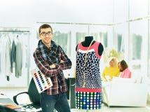 Den moderna formgivaren väljer färger för nytt mode Fotografering för Bildbyråer