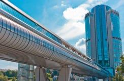 Den moderna gångaren överbryggar och skyskrapan Royaltyfria Foton