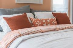 Den moderna gråa soffan med kuddar och den moderna lampan på tabellen sid i l Fotografering för Bildbyråer