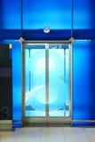 Den moderna hissen i flygplatsterminalen Arkivbild