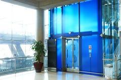 Den moderna hissen i flygplatsterminalen Royaltyfri Foto