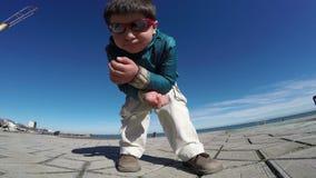 Den moderna kalla pojken sitter utomhus stock video