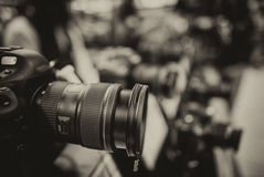 Den moderna kameran och Lens på ett fotografi shoppar Arkivbilder