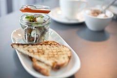 Den moderna kokkonstfrukosten tjänade som i en liten bevarande krus Royaltyfri Fotografi