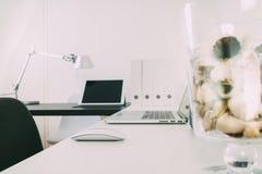 Den moderna kontorsarbetsplatsen med bärbar datordatoren och ilar telefonen, pik Royaltyfri Foto