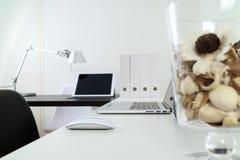 Den moderna kontorsarbetsplatsen med bärbar datordatoren och ilar telefonen, pik Arkivfoton