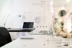 Den moderna kontorsarbetsplatsen med bärbar datordatoren och ilar telefonen, pik Arkivbild