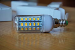 Den moderna kosta-besparingen färgar den ekologiska LEDDE (ljus - sända ut dioden) kulan i blått Arkivbild