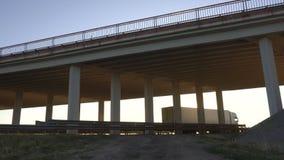 Den moderna lastbilvagnen transporterar last mot bakgrunden av en solnedgång och en bro, begreppet av logistiken och last lager videofilmer