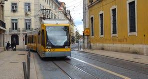 Den moderna Lissabon för nummer 15 spårvagnen till Belem Royaltyfri Bild