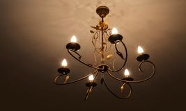 Den moderna ljuskronan, ?r ett f?rgrena sig dekorativt ljust fast tillbeh?r som planl?ggs f?r att monteras p? tak eller v?ggar royaltyfri bild