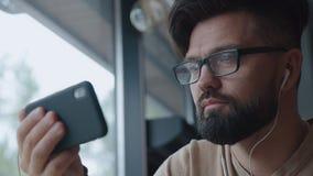 Den moderna mannen talar på videoen Begreppsconferencing, grejer lager videofilmer