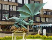 Den moderna metallskulpturen av draken i den Braga staden Arkivfoto