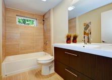 Den moderna nya badrumdesignen med vasken och vit badar. Arkivfoto