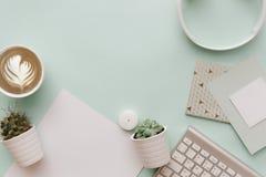 Den moderna pastellfärgade Hipsterlägenheten lägger med vita beståndsdelar Tangentbordet tömmer mellanrumet Royaltyfria Bilder