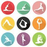 Den moderna plana symbolsvektorn ställde in med lång skuggaeffekt i stilfulla färger av yoga poserar vektor illustrationer