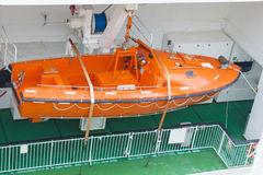 Den moderna säkerhetslivräddningsbåten bar vid ett kryssningskepp Fotografering för Bildbyråer
