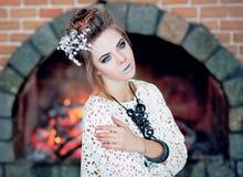 Den moderna snödrottningen, härlig, ung attraktiv flicka i en fantastisk bild med ett ovanligt smink Royaltyfri Foto