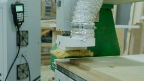 Den moderna snickericnc-maskinen maler kryssfanerarket, produktion av tr?m?blemang stock video