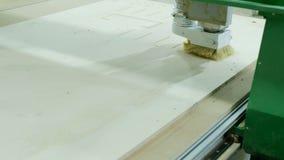 Den moderna snickericnc-maskinen maler kryssfanerarket, produktion av tr?m?blemang arkivfilmer