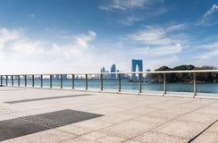 Den moderna stadskonstruktionen och vägen royaltyfria foton