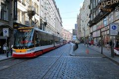 Den moderna stadsspårvagnen på de Prague gatorna arkivbilder