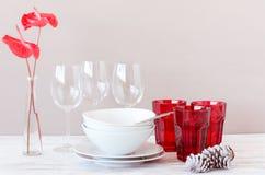 Den moderna tabellinställningen med det röda vita temat, jul semestrar havet Royaltyfria Bilder