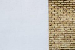 Den moderna tegelstenväggen med vit målade murbrukbakgrund Royaltyfria Bilder