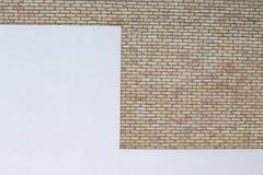 Den moderna tegelstenväggen med vit målade murbrukbakgrund Royaltyfri Bild