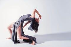 Den moderna tonåriga moderna dansaren poserar framme av studiobakgrunden Arkivfoto