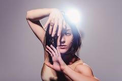 Den moderna tonåriga moderna dansaren poserar framme av studiobakgrunden Royaltyfri Fotografi