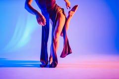 Den moderna tonåriga moderna dansaren poserar framme av studiobakgrunden Fotografering för Bildbyråer