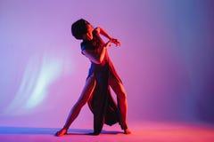 Den moderna tonåriga moderna dansaren poserar framme av studiobakgrunden Royaltyfria Bilder