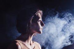Den moderna tonåriga moderna dansaren poserar framme av studiosvartbakgrunden Arkivfoto