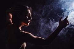 Den moderna tonåriga moderna dansaren poserar framme av studiosvartbakgrunden Royaltyfri Foto