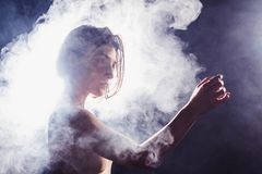 Den moderna tonåriga moderna dansaren poserar framme av studiosvartbakgrunden Royaltyfri Fotografi