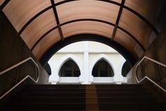 Den moderna tunnelen går med trappan och fönstret av byggnadsbakgrund arkivfoto