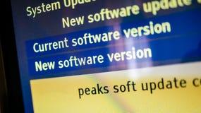Den moderna tvskärmen med blått gulnar den nya programuppdateringen för meddelandet Arkivfoto