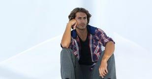 Den moderna unga mannen tänker Isolerat på vit royaltyfri bild