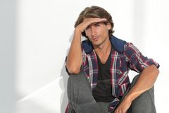 Den moderna unga mannen tänker Isolerat på vit royaltyfri foto