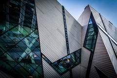 Den moderna yttersidan av det kungliga Ontario museet, i Toronto, Ont arkivfoton